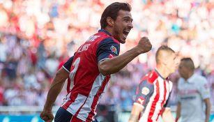 Alanís celebra un gol con Chivas en el C2017