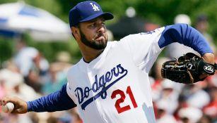 Esteban Loaiza lanza durante un juego con los Dodgers