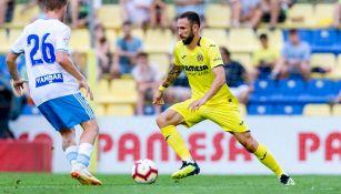 Miguel Layún conduce el balón en juego del Villarreal
