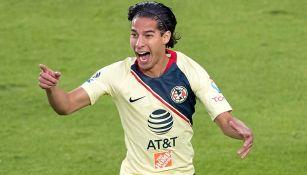 Diego Lainez festeja su gol con el América