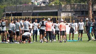 Miguel Herrera platica con sus jugadores durante la práctica