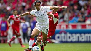 Gael Sandoval conduce el esférico durante el duelo contra Toluca