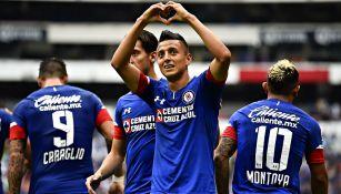 Roberto Alvarado festeja gol con Cruz Azul