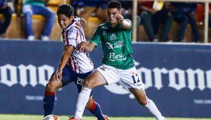 Hernández disputa la pelota durante un duelo ante Alebrijes