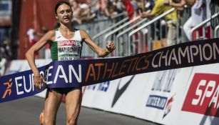 Volha Mazuronak cruza la meta en el maratón europeo