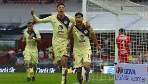 Álvarez y Valdez celebran un gol contra Monterrey en el A2018