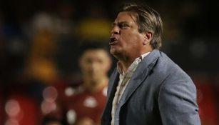 Miguel Herrera reclamando al silbante en duelo de Copa MX