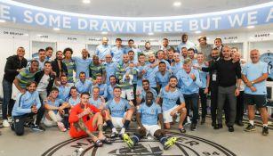 Jugadores y Pep Guardiola en el vestuario del Etihad Stadium