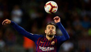 Piqué trata de bajar el balón en un juego del Barcelona ·   fbe4072a067