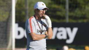 Eusebio Di Francesco dirigiendo el entrenamiento con la mano rota