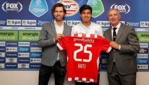 Erick Gutiérrez sostiene el jersey '25' del PSV