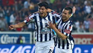 Lozano y Gutiérrez celebran un gol con Pachuca