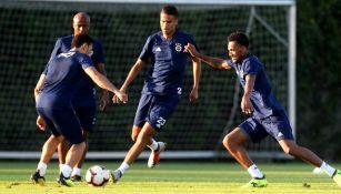 Reyes, atento al movimiento del balón durante un entrenamiento con el Fenerbahce