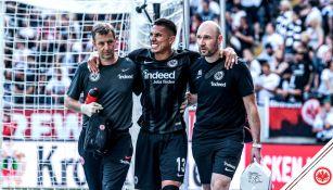 Carlos Salcedo abandona el terreno de juego tras la lesión