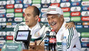 Ricardo Ferretti ríe con Guillermo Cantú en la conferencia de prensa