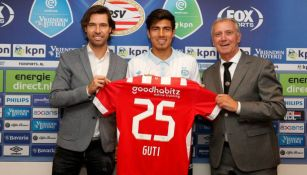 Erick Gutiérrez posa con el dorsal 25 del PSV