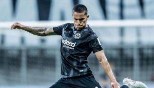 Carlos Salcedo durante un partido con el Eintracht Frankfurt