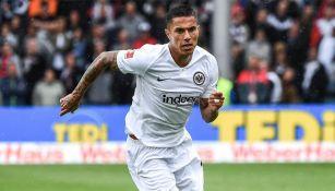 Salcedo disputa un encuentro con el Eintracht Frankfurt
