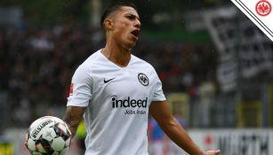 Salcedo protesta falta en partido de la Bundesliga