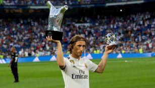 Modric muestra su trofeo como mejor jugador de la UEFA