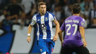 Héctor Herrera disputa un juego con el Porto