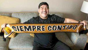 Maradona sonríe con una bufanda de Dorados