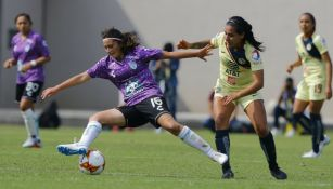 Andrea Balcazar y Esmeralda Verdugo en disputa del esférico
