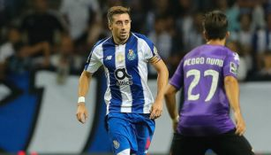 Héctor Herrera encara al rival en duelo del Porto