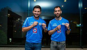 'Chelito' y Pereira muestran con orgullo el escudo de Cruz Azul
