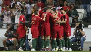 Jugadores de Portugal festejan gol de Silva