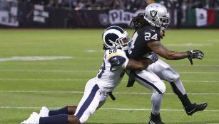 Marshawn Lynch siendo tackleado en el juego vs Rams