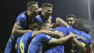 Jugadores de Kosovo festejando su primera victoria oficial