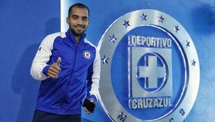 Adrián Aldrete posa junto al escudo de Cruz Azul en La Noria