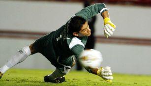 Jesús Corona intentando atajar el penal vs Necaxa en el AP 2010