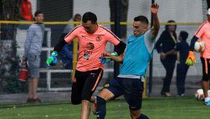 Agustín Marchesín disputa el balón con Daniel Zamora