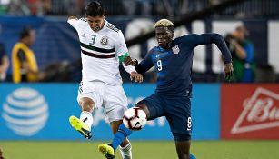 Ayala busca despejar el balón en juego contra Estados Unidos
