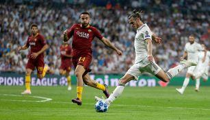Bale patea el balón en el partido contra la Roma de Champions