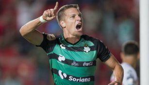 Julio Furch festeja su gol contra Necaxa
