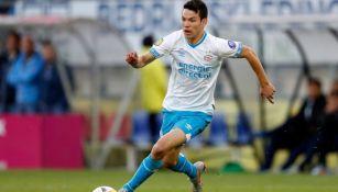 Lozano disputa un duelo con el PSV en la Eredivisie