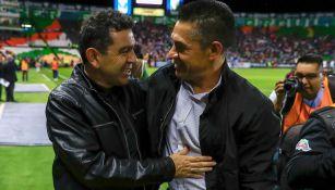 Nacho Ambriz saluda a David Patiño previo al juego