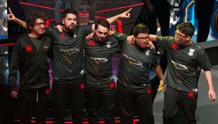 Los jugadores de Infinity festejan tras derrotar a Edward Gaming