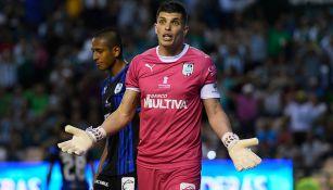 Tiago Volpi reclama en juego de Gallos
