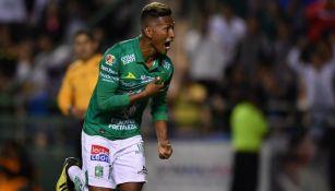 Pedro Aquino festeja un gol con León