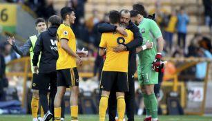 Nuno Espírito Santo abraza a Neves en el juego vs Crystal Palace