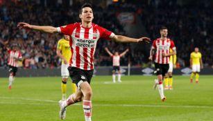 Lozano festeja su gol con el PSV frente al Venlo