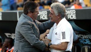 Piojo Herrera y Tuca Ferretti se saludan previo al partido