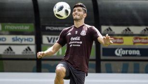 Raúl Jiménez, durante un entrenamiento con el Tri