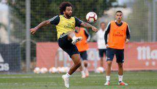 Marcelo controla el balón entrenamiento del Real Madrid