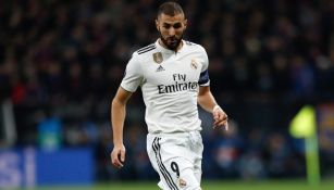 Benzema disputa un duelo con el Real Madrid