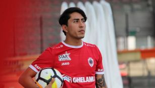 Omar Govea posa con la playera del Royal Antwerp